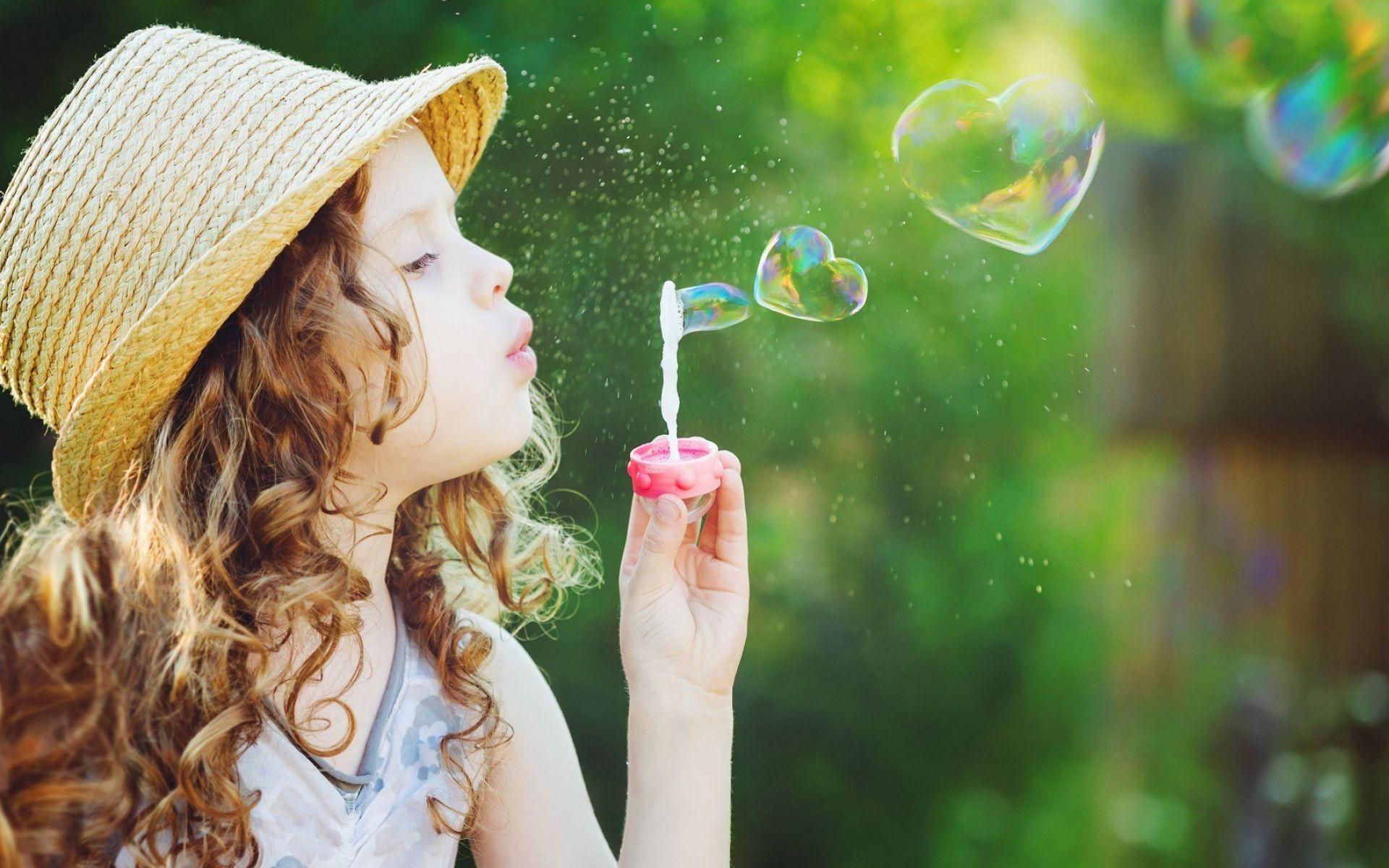 милая девочка с мыльными пузырями  № 1823184 бесплатно