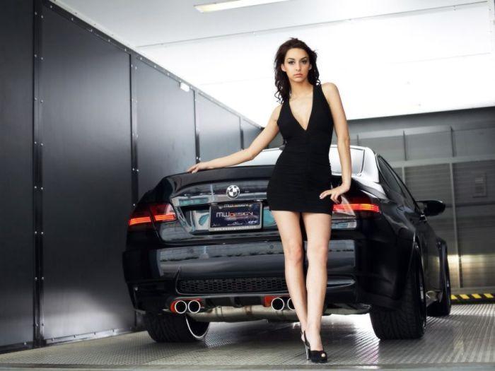 Dziewczyny w towarzystwie BMW 7