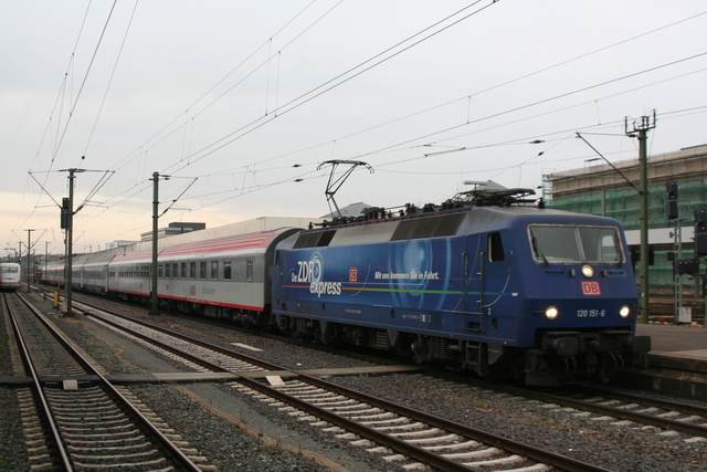 120 151-6 Ausfahrt mit EN Hans Albers Hannover Hbf