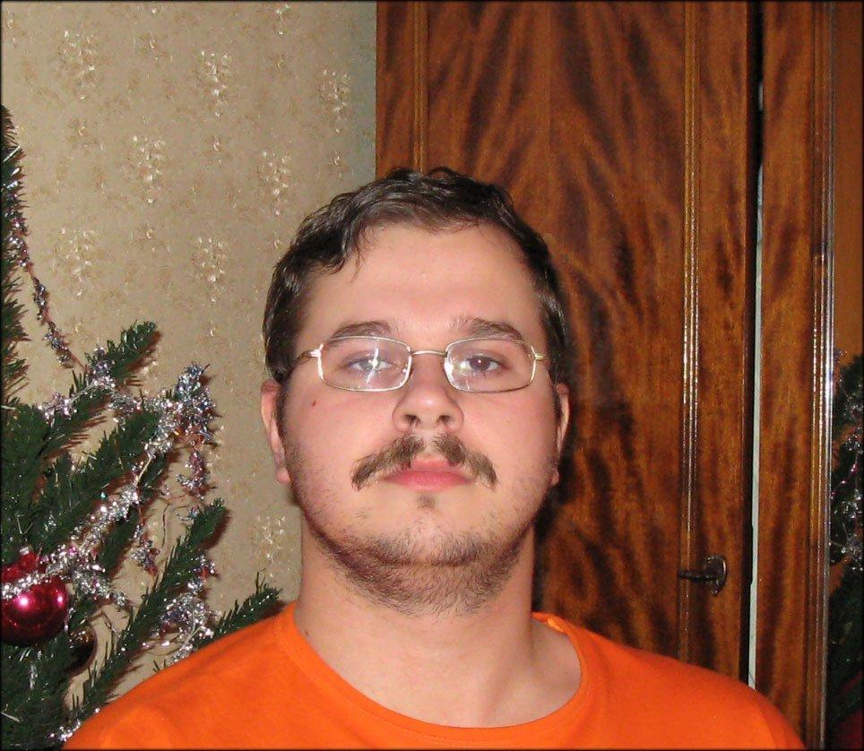 Мужик в очках усатый