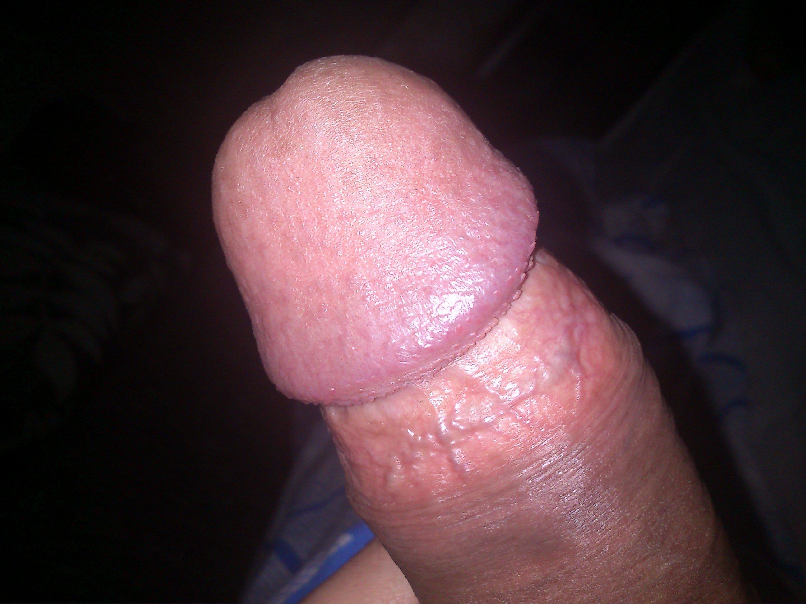 Перед сексом девушка любит сосать яйца парням и головку члена