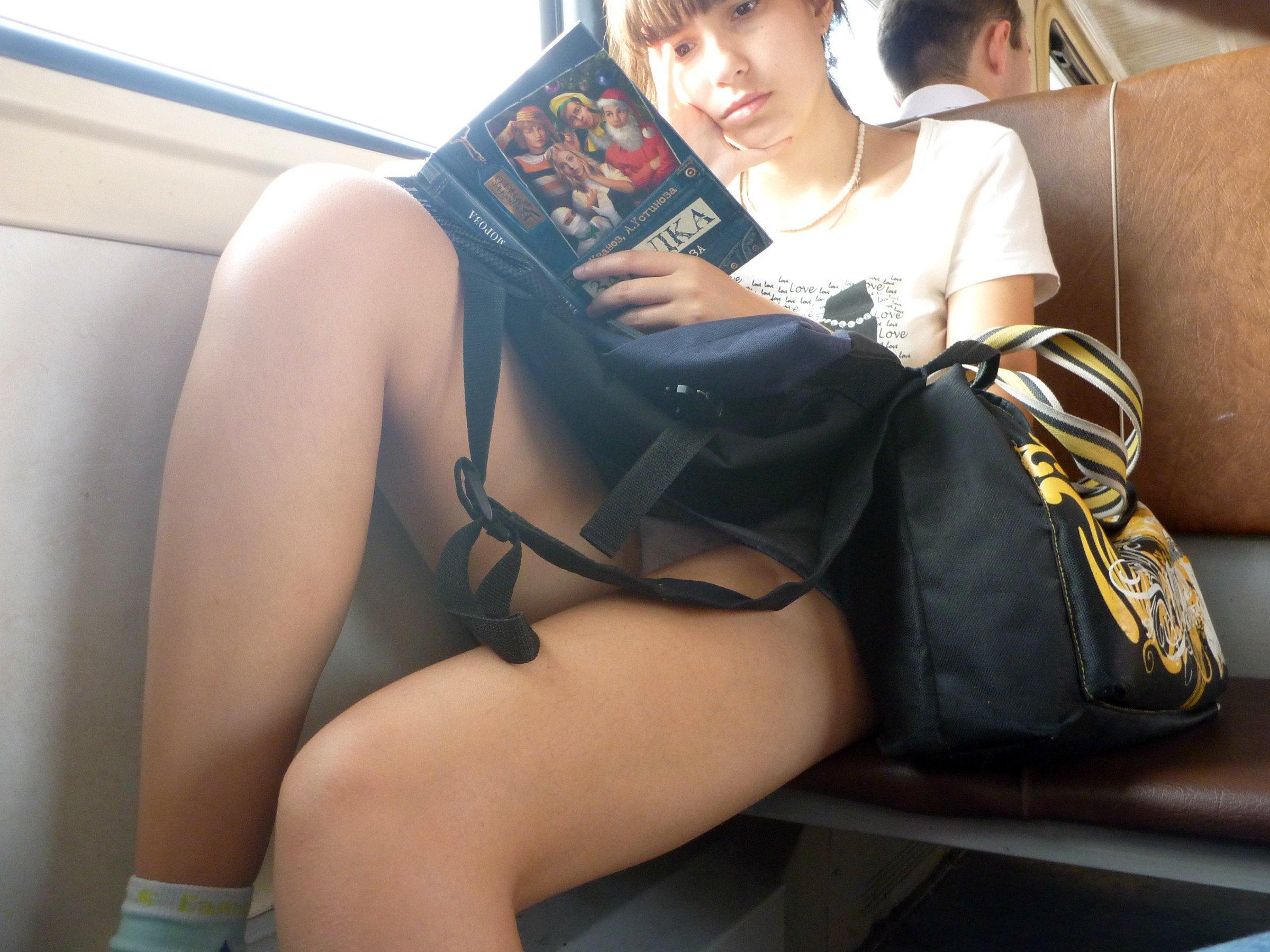 под юбкой порно в метро