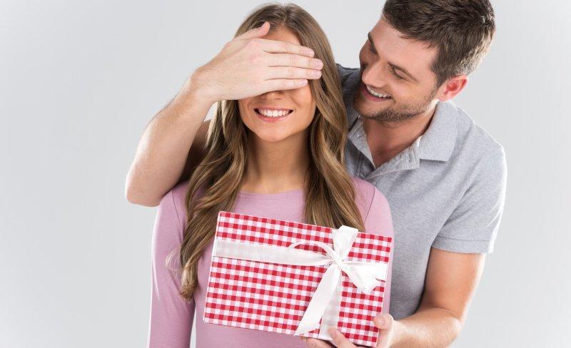 Девушка принимает подарки от другого парня 66