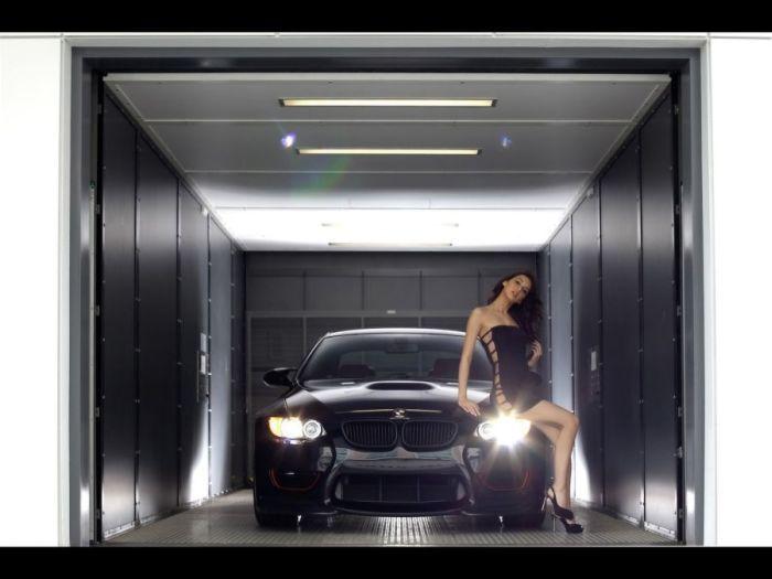 Dziewczyny w towarzystwie BMW 3