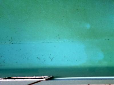Pool grüne ablagerungen am boden