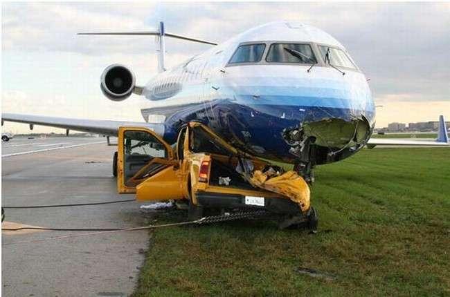 Jak wygląda zderzenie czołowe samolotu z samochodem ? 1