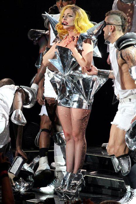 Lady Gaga i jej dziwne stroje 30
