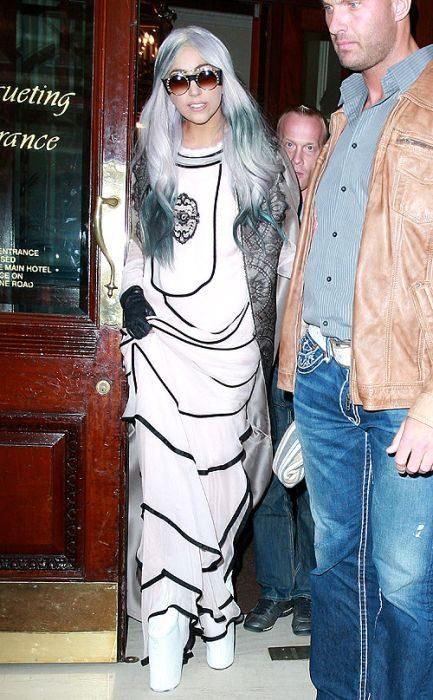 Lady Gaga i jej dziwne stroje 48