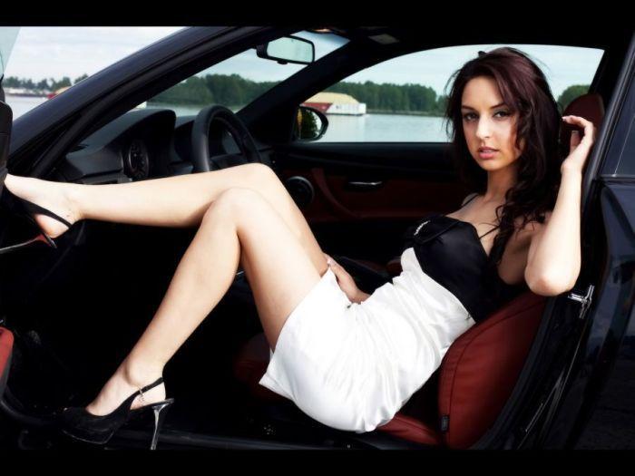 Dziewczyny w towarzystwie BMW 5
