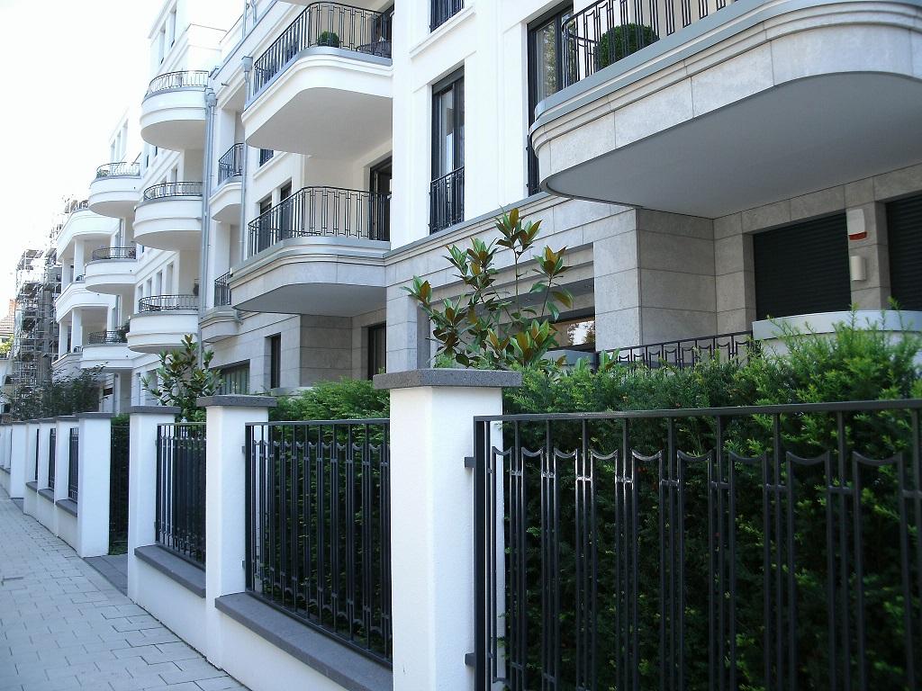 Während das erste eckhaus einen einfachen zaun mit vertikalen stäben hat auf dem folgenden foto ist die form eleganter das gleiche design wie der