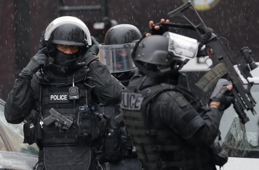 В пригороде Парижа полиция ликвидировала двух террористов, еще двух блокировала