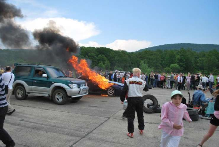 Płonący Nissan Skyline GT-R BNR32 12