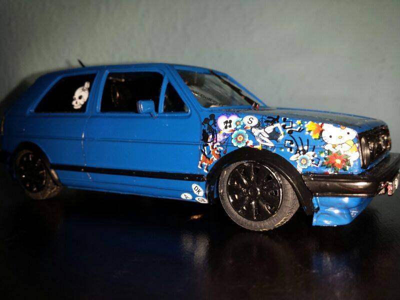 1 24 golf 2 gti mit stickerbomb modelcarforum. Black Bedroom Furniture Sets. Home Design Ideas
