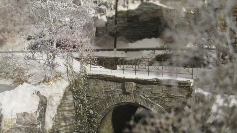 Brücke mit Messinghandlauf Schnee, Wasser und Farben von Vallejo