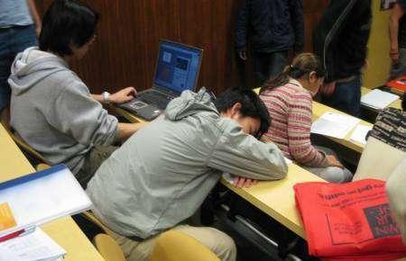 Śpiący studenci 7