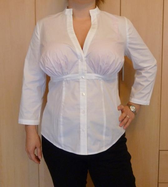Große Brüste in der Bluse