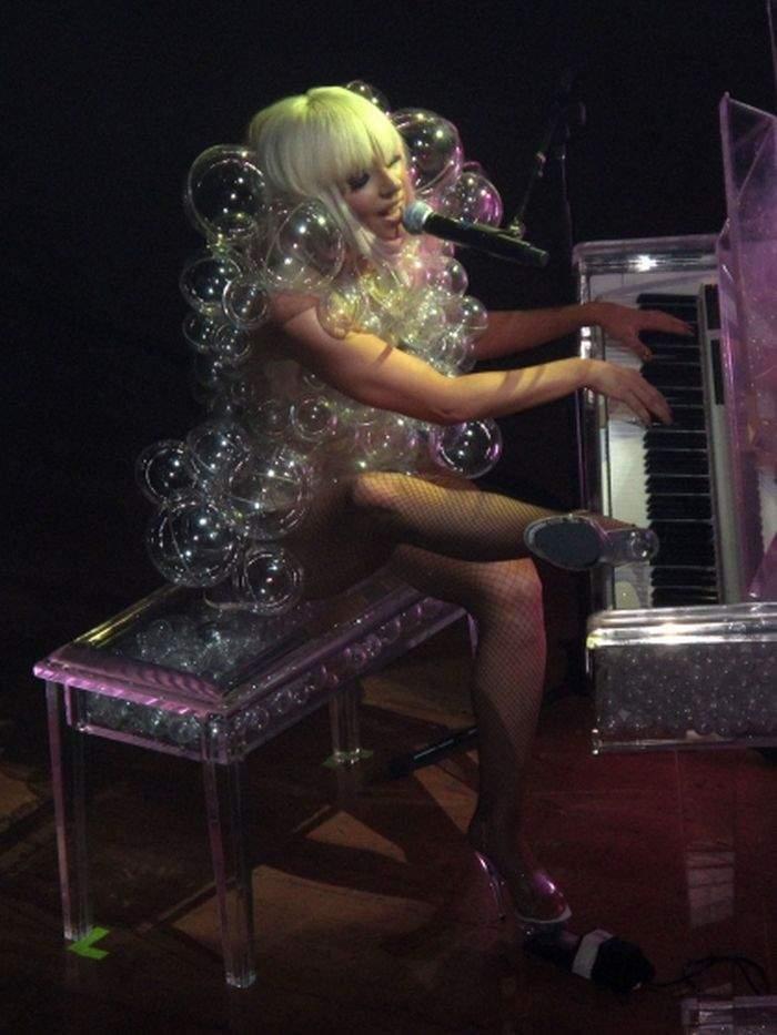 Lady GaGa i jej dziwne kreacje 8