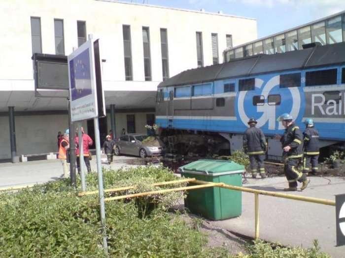 Zderzenie pociągu i BMW 9