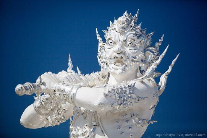Biała świątynia Wat Rong Khun 27