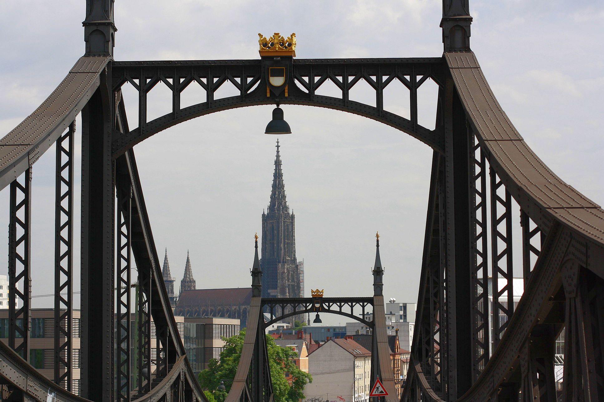 Der Höchste Kirchturm Der Welt Eingebettet In Die älteste Brücke