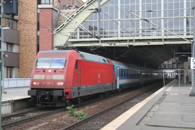 101 035-4 mit MAV Ausfahrt Berlin Ostbahnhof