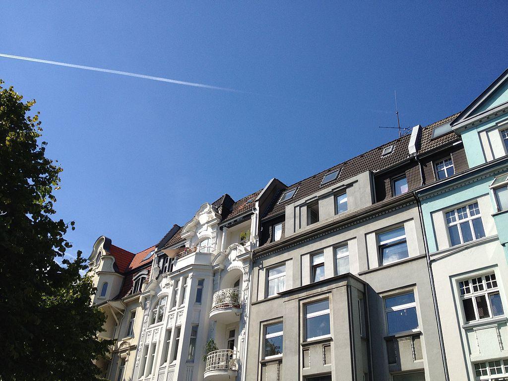 Zur Uni sind es mit der Bahn maximal 10min und die FH liegt sogar mitten im  Kreuzviertel an der Sonnenstraße.