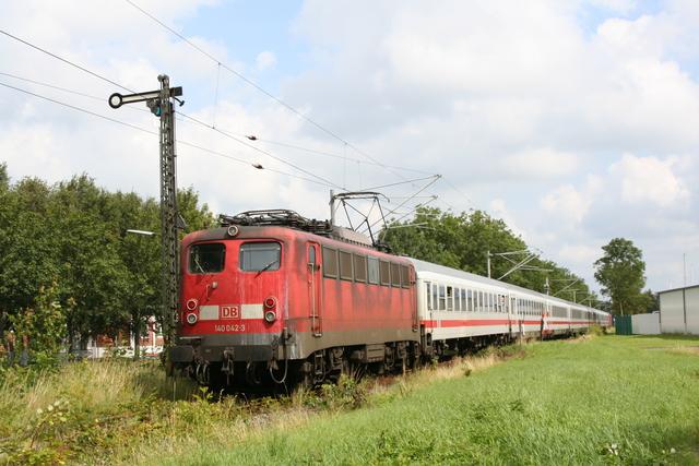 140 042-3 bei Emden Außenhafen mit IC 432