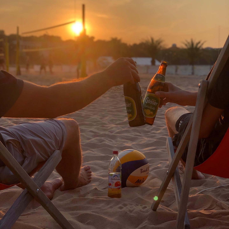 Beach4U Beachvolleyball auf der Theresienwiese Spieler prosten sich mit Gösser Radler zu