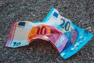 Ein zerknitterter 10-Euro-Schein und ein zerknitterter 20-Euro-Schein.
