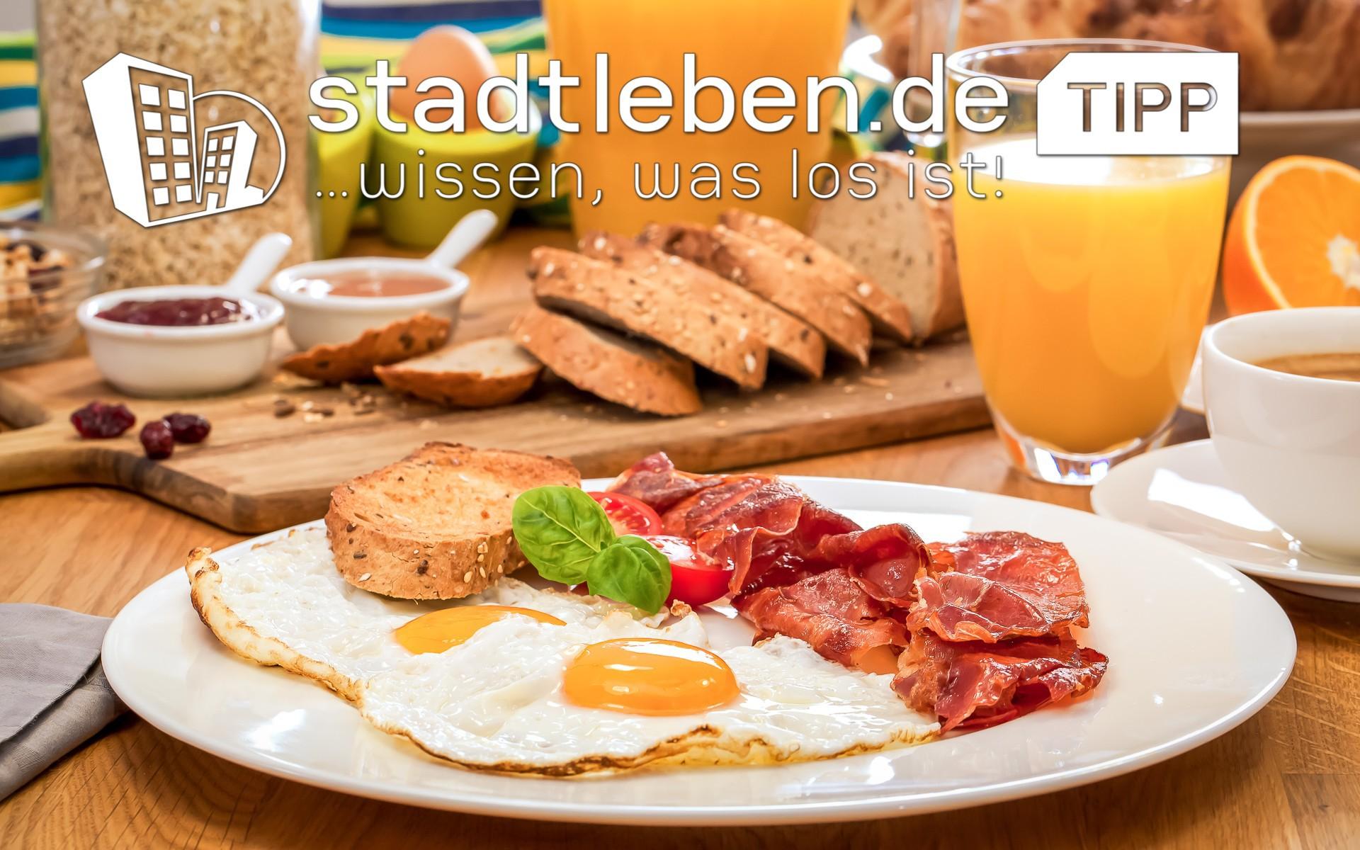 Frühstück mit Spiegelei, Bacon und Brot
