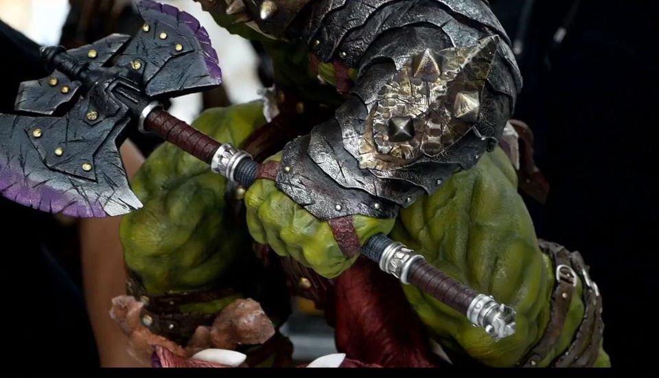 Premium Collectibles : Planet Hulk / King Hulk** 3dlj7s