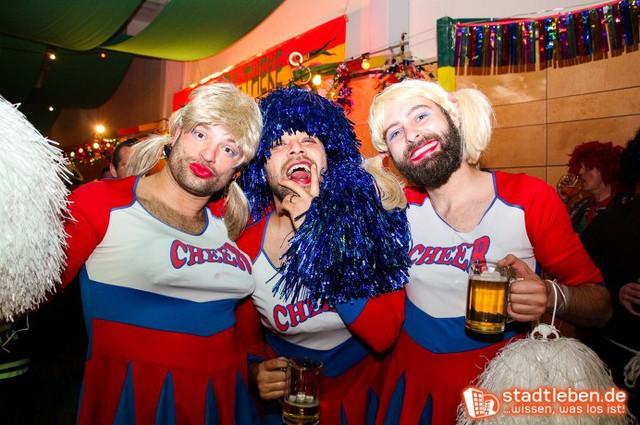 Drei männliche Cheerleader