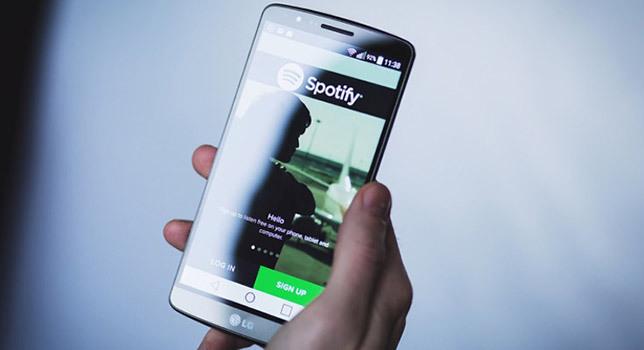 Spotify: artisti inventati e musica generata da intelligenze artificiali