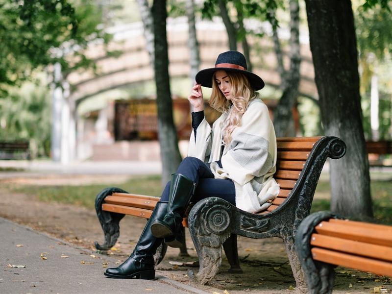 blonde-girl-sit-on-beoxkbo.jpg