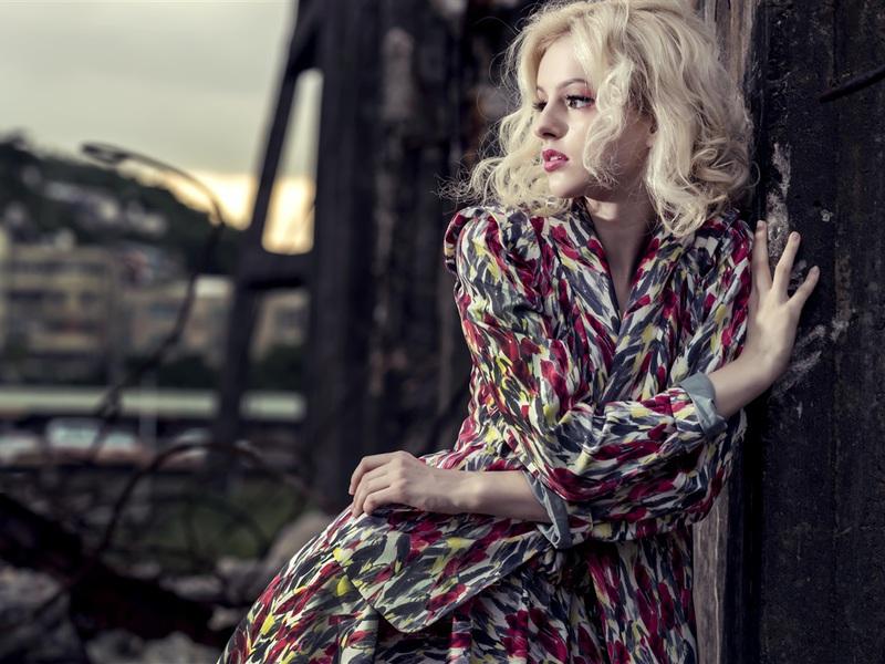 blonde-model-girl-colbmkoj.jpg