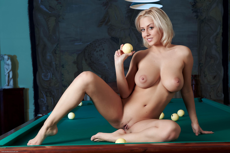 Девчонки голые играют в игры видео 9