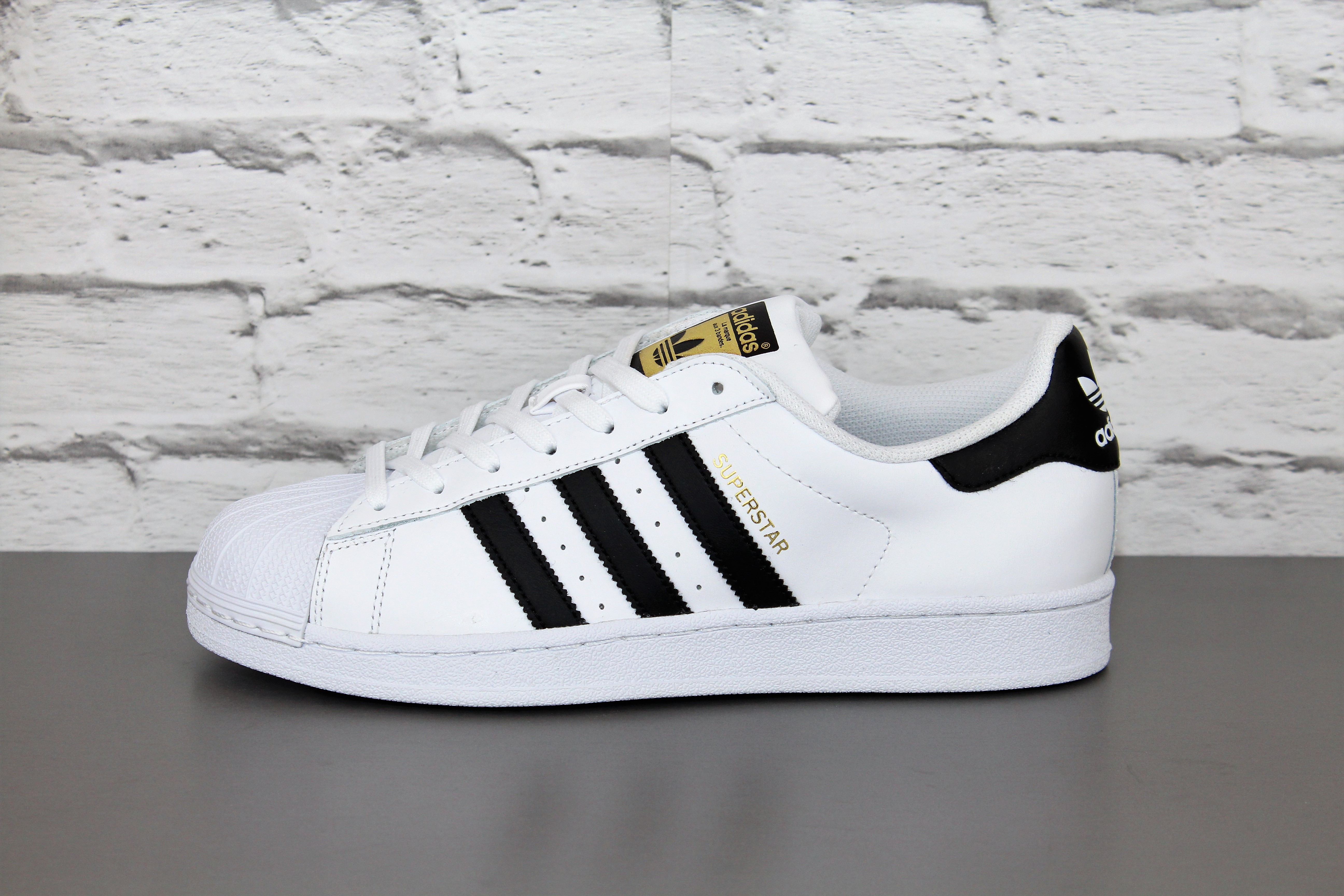 huge selection of e5f07 b067f ADIDAS SUPERSTAR C77124. Color  blanco. Material  Cuero Suela  Caucho  Forro  Textil Top Oferta! Nuevo y original. CON CARTÓN Y TODAS LAS  ETIQUETAS DE MARCA