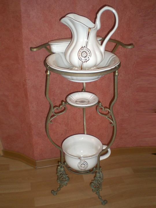 waschtisch aus schmiedeeisen mit waschset aus keramik mit jugendstildekor ebay. Black Bedroom Furniture Sets. Home Design Ideas