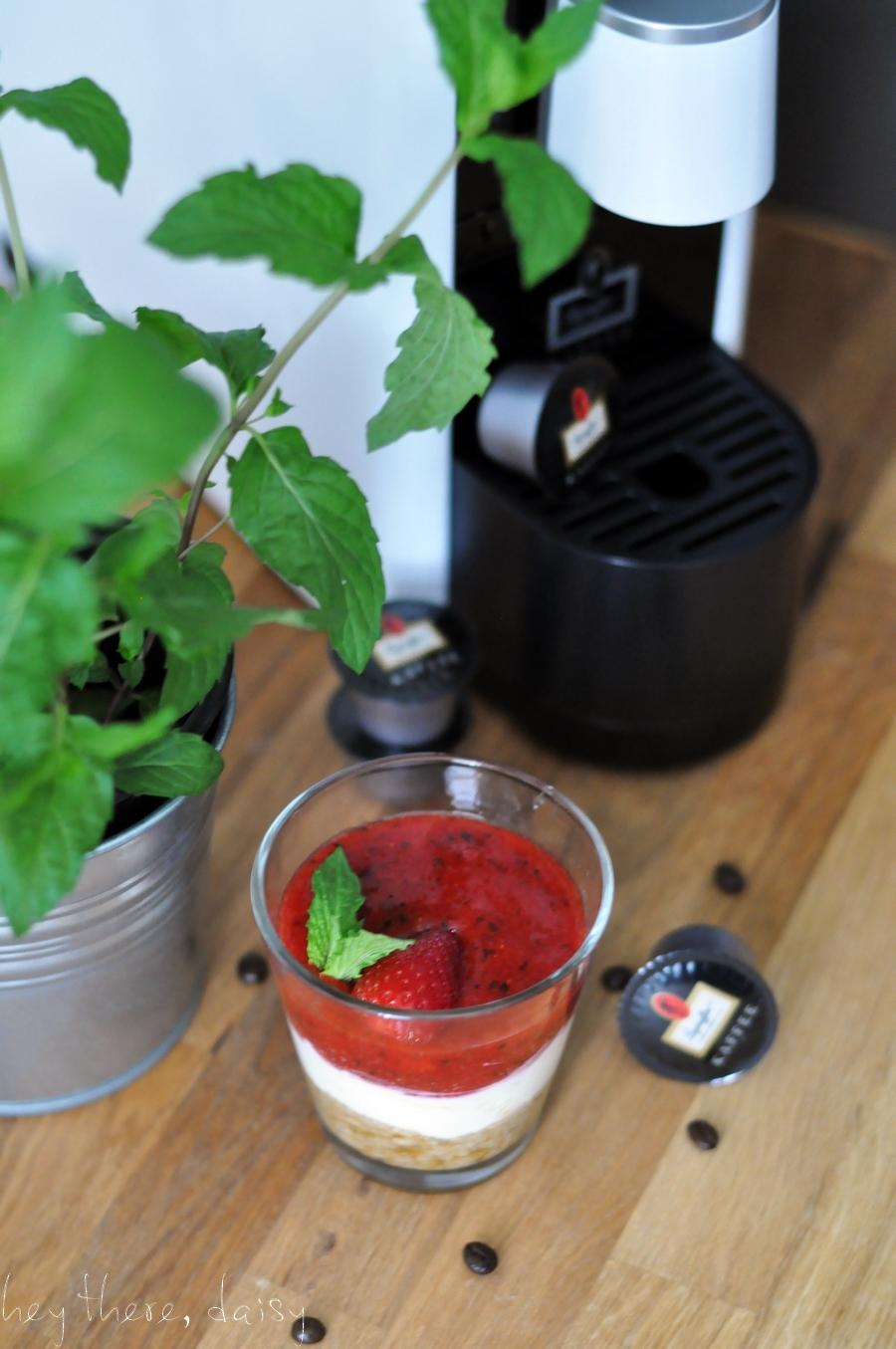 Muttertag: fruchtiges Erdbeer-Tiramisu mit Minze und Leysieffer | hey there, daisy | https://www.heytheredaisy.com/muttertag-fruchtig-erdbeer-tiramisu-minze-kaffee-leysieffer/