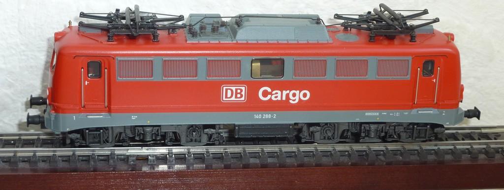 Märklin 37401 BR 140 DB Cargo mit eckigen Puffern ausgestattet P1170349esz25