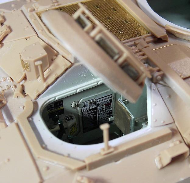 M3A3 Bradley mit Inneneinrichtung in 1:35 von Meng Pict63872evoh1