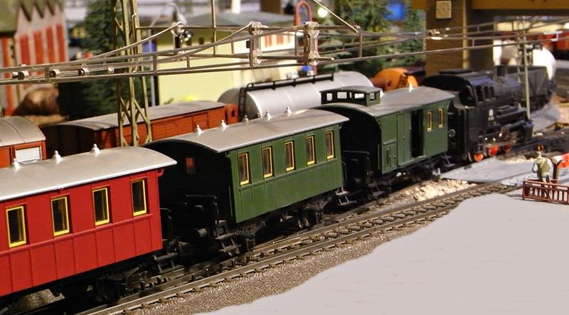 Kleinbahn-D-Zug-Wagen aus den frühen Fünfzigern des vorigen Jahrhunderts im Einsatz mit Fleischmann-Lok Rimg1650.8ntucx