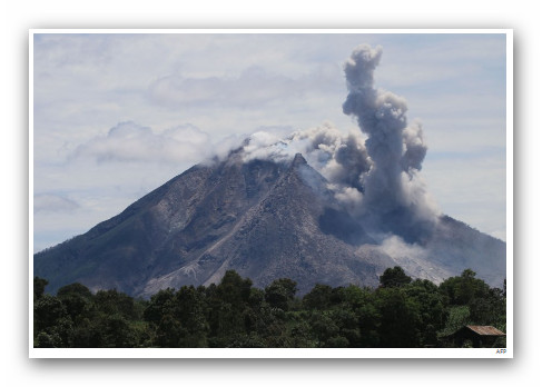 Vulkanausbruch Auf Sumatra: Am Samstag Ist Der Sunabung Ausgebrochen, Die  Gerölllawine überraschte Einige Bauern Auf Nahe Gelegenen Feldern.