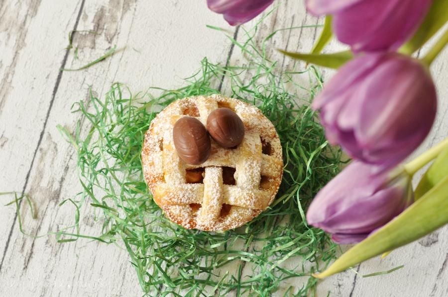 Süße Osternester: Mini-Pies mit Apfel-Rhabarber-Füllung | hey there, daisy | https://www.heytheredaisy.com/suess-dessert-ostern-osternester-mini-pies-apfel-rhabarber/