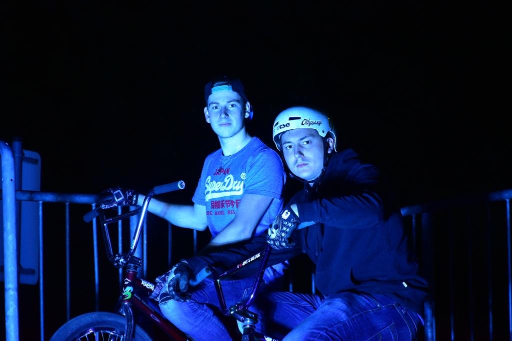 BMX Fahrer bei Flutlicht und Blitz